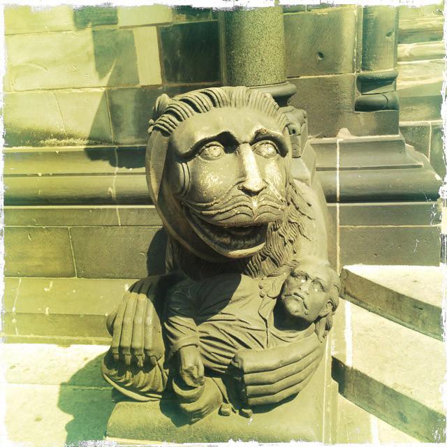 Лев перед собором